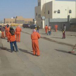 بالصور..بلدية طريف توجه فريق من 50 شخصاً بتنظيف أحياء المحافظة