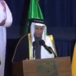 لماذا وضع قائد المنطقة الشمالية عقالين على رأسه خلال حفل ذوي الشهداء ؟