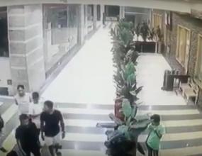 """مجموعة شباب يضربون """"عامل"""" بالعصي والمقاعد لتعديه على """"سعودي"""""""