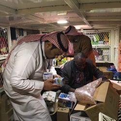 بالصور..بلدية طريف تضبط سيارة نقل محملة بمواد غذائية مجهولة المصدر