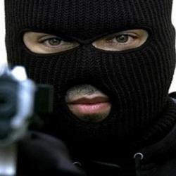 """شرطة رفحاء تضبط """"الملثم"""" بعد عمليات سرقة متعددة لمحال تجارية"""