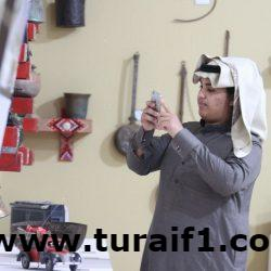 شاهد بالصور .. السفير المكسيكي في السعودية يشارك بالعرضة في جناح الشمالية