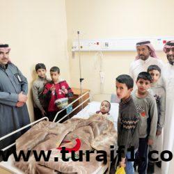 طلاب مدرسة عبدالله بن مسعود يقومون بزيارة زميلهم بمستشفى طريف