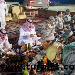 أمير منطقة الحدود الشمالية يشارك رجال حرس الحدود طعام الإفطار