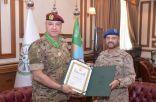 الفريق فياض الرويلي يقلد قائد الجيش اللبناني وسام الملك عبدالعزيز