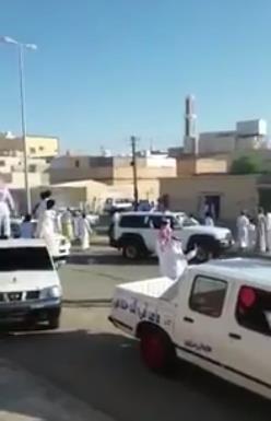 """القبض على """"مفحط"""" في عرعر بعد مقاومته لرجال الأمن ورميهم بالحجارة"""
