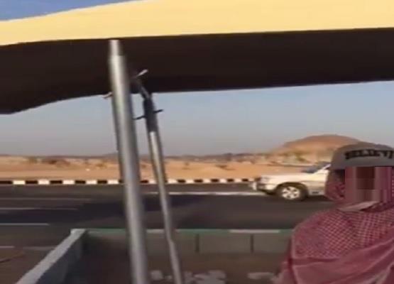 """بلدية """"ضرية"""" بالقصيم تزود عربات عمال النظافة بمظلات واقية من الشمس"""