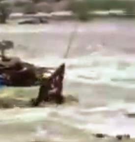 رجل من  الدفاع المدني يغامر بحياته وينقذ مقيماً باكستانياً قبل أن يجرفه السيل