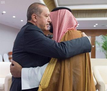 على هامش قمة الـ20 .. عناق حار بين الأمير محمد بن سلمان والرئيس التركي