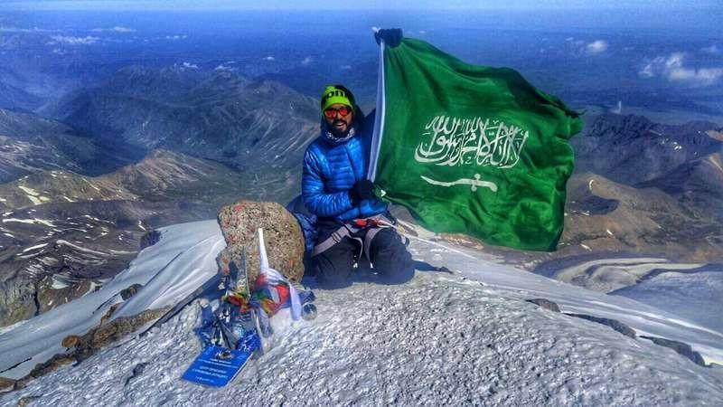جندي من الحد الجنوبي يغامر برفع أسماء الشهداء على أشهر 7 قمم عالمية