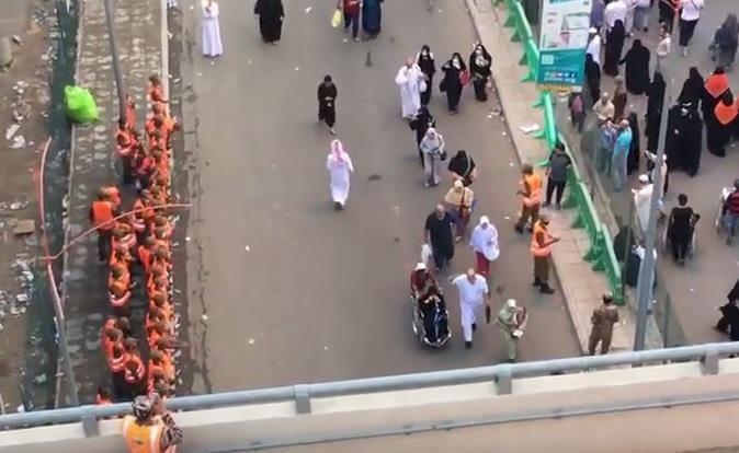 """رجال الأمن يصطفون لوداع ضيوف الرحمن بـ """"التهليل"""" و """"التكبير"""""""