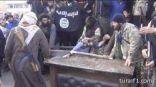 """أفراد من تنظيم """"داعش"""" يقطعون يد لص في سوريا"""