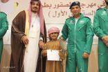 بالصور..مدير سياحة الشمالية يكرم الطفل الشليفي أصغر صقار في مهرجان الصقور بطريف