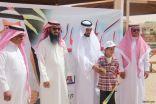 بالصور..الثبيتي يكرم طالب التربية الفكرية طلال الشراري لحصوله على المركز الاول في برنامج المرسم الحر