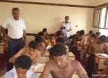 """اليمن: طلاب يؤدون اختباراتهم بلا """"قمصان"""" بسبب الحرارة وانقطاع الكهرباء"""