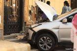 امرأة تنتقم من زوجها بقيادة سيارته وتحطيم جدران منزله بعد زواجه من أخرى