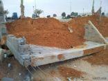 بلدية طريف تتورط بقوالب الزينة في الطريق الدولي بعد سقوط أحدها (صور)