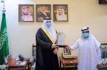 سمو الأمير فيصل بن خالد بن سلطان يكرم مواطنا بعرعر تبرع بكليته لشقيقه