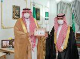 """سمو أمير الحدود الشمالية يتسلّم الهوية الجديدة للبريد السعودي """"سبل"""""""