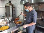 بالصور .. بلدية محافظة طريف تصادر مواد غذائية منتهية الصلاحية ومجهولة المصدر