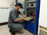 بالصور .. بلدية محافظة طريف تتلف مواد غذائية محضرة مسبقا خلال جولاتها للتأكد من سلامة الغذاء