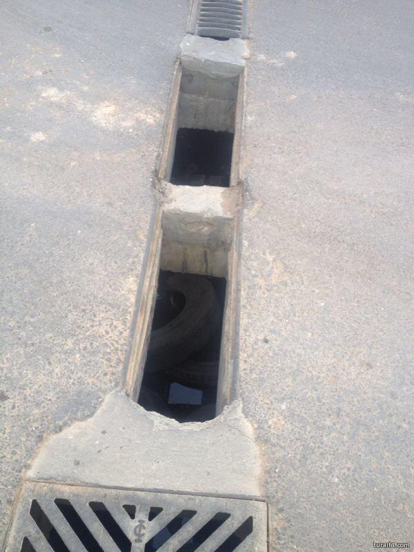 حفر مكشوفة خلف ثانوية البنات بحي اليرموك بطريف