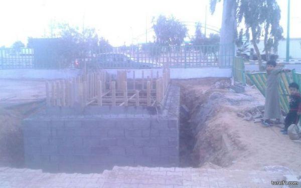 مقاول يعمل داخل حديقة العوائل بطريف بدون وسائل سلامة