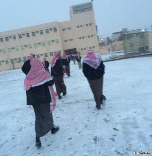 طلاب طريف يتحملون البرد