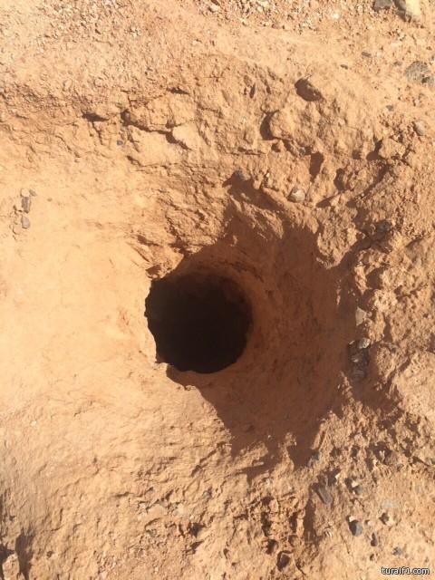 حفره عميقة جداً امام منزل احد المواطنين شرق طريف